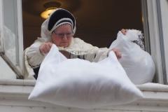 Frau Holle schüttelt ihre Kissen aus. Foto: Fischer