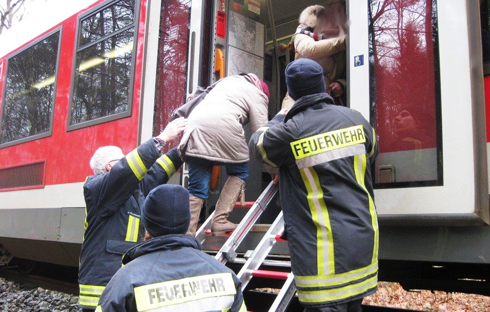 Rettungskräfte evakuieren die Fahrgäste des Regionalexpress. Foto:Bundespolizei