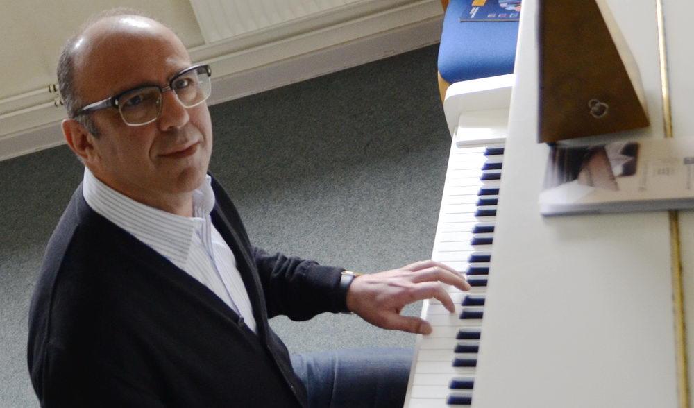 Musikschulleiter Alireza Zare am Klavier. Foto:stormarnlive.de