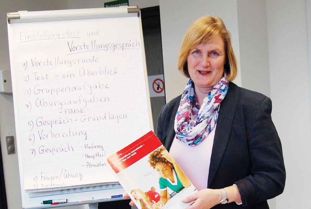 Gut vorbereitet auf das kommende Bewerbungstraining für Jugendliche: Christine Jaacks-Mirow. Foto:hfr
