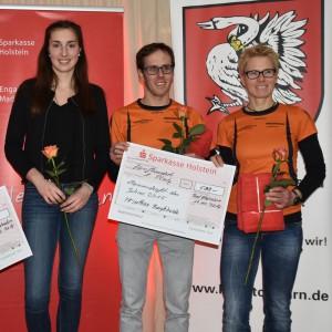 Sabrina Schröder mit Stefan Bergermann und Bettina Lange von Bargteheides Triathleten