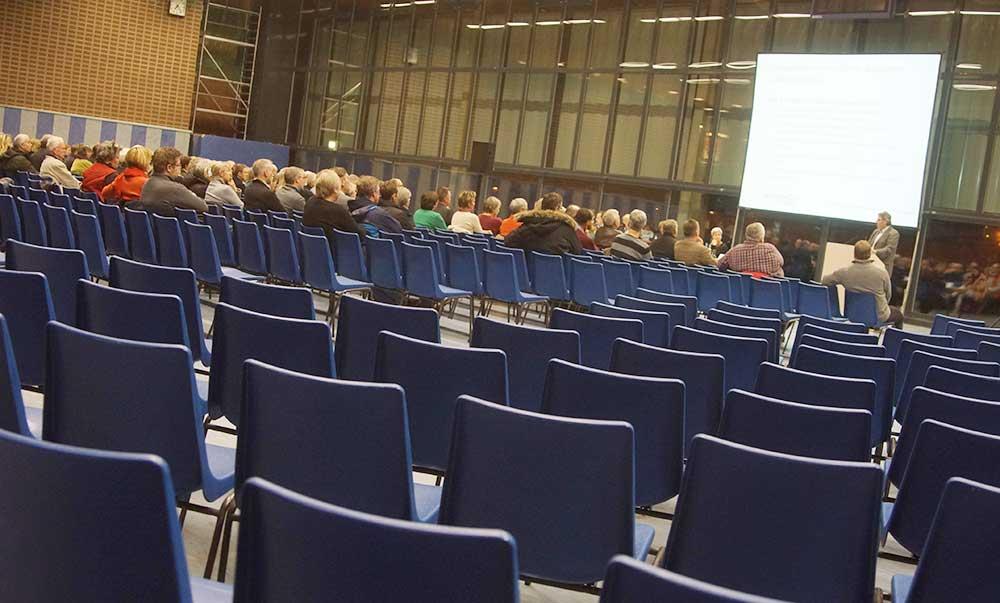 Leere Sitzreihen: Statt erwarteten 800 kamen nur etwa 120 Menschen in die Stormarnhalle, um sich über die Flüchtlingssituation in Bad Oldesloe zu informieren. Foto: Fischer