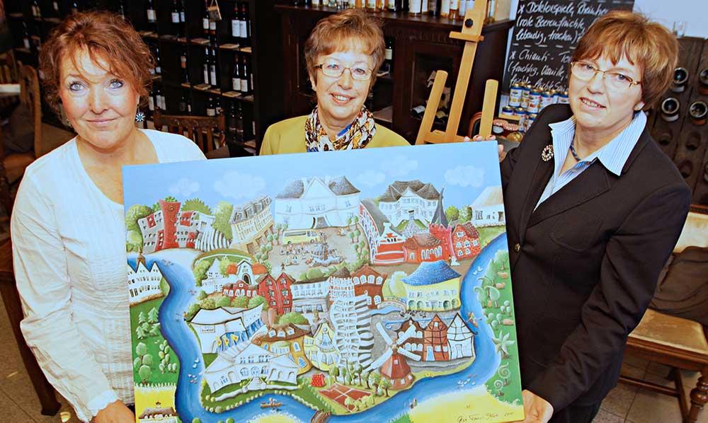 Präsentieren das neue Oldesloe-Motiv (von links): Die Künstlerin Gesa Tams-Koll mit Sabine Lemm und Sigrun Stolle von der Verbrauchergemeinschaft. Foto: Fischer