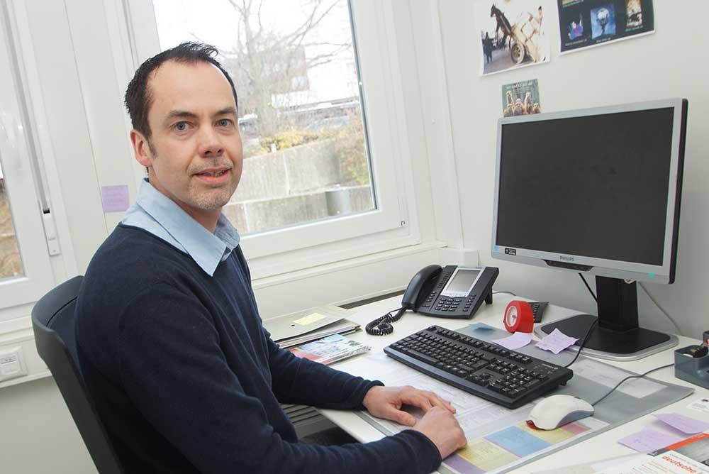 Der neue Stadtjugendpfleger in Ahrensburg: Matthias Bollmann an seinem Arbeitsplatz. Foto: Fischer