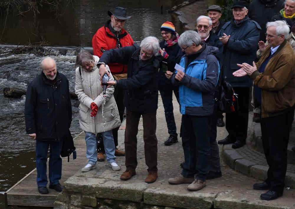 Bei der feierlichen Zeremonie wurde am Sonnabend Argen-Wasser in die Trave geschüttet. Foto: Fischer