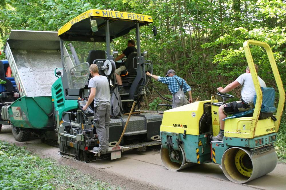 Mitarbeiter des Bauhofs beim Sanieren der Wege. Foto: Stadt Bad Oldesloe/hfr