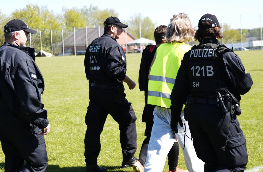Die Polizei geleitet einen Vatertagsausflügler vom Gelände des Fußballkreispokalfinales