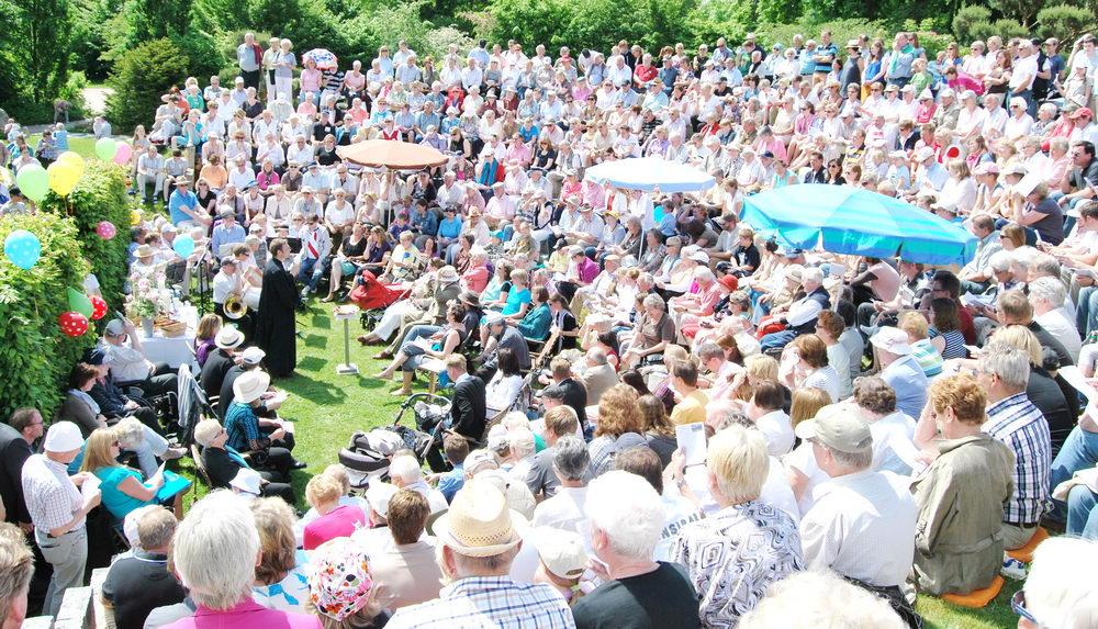 Das volle Amphitheater beim Pfingsgottesdienst Foto: Michael Reif /hfr