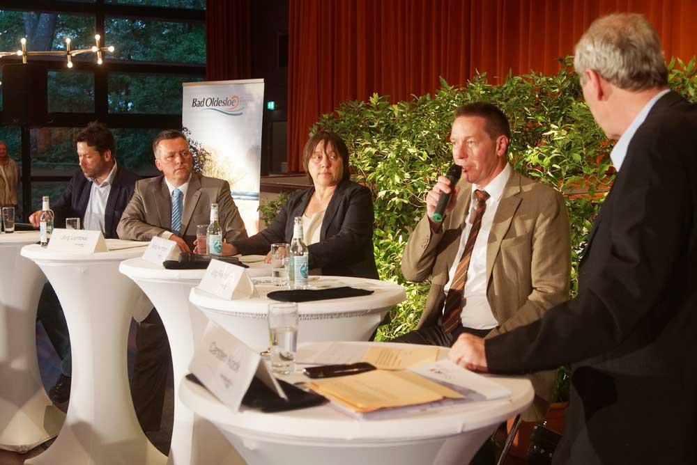 Die Kandidaten (von links) Sebastian Schulz, Jörg Lembke (beide parteilos), Maria Herrmann (SPD) und Jörg Feldmann (CDU) mit dem Moderator Carsten Kock. Foto: Fischer
