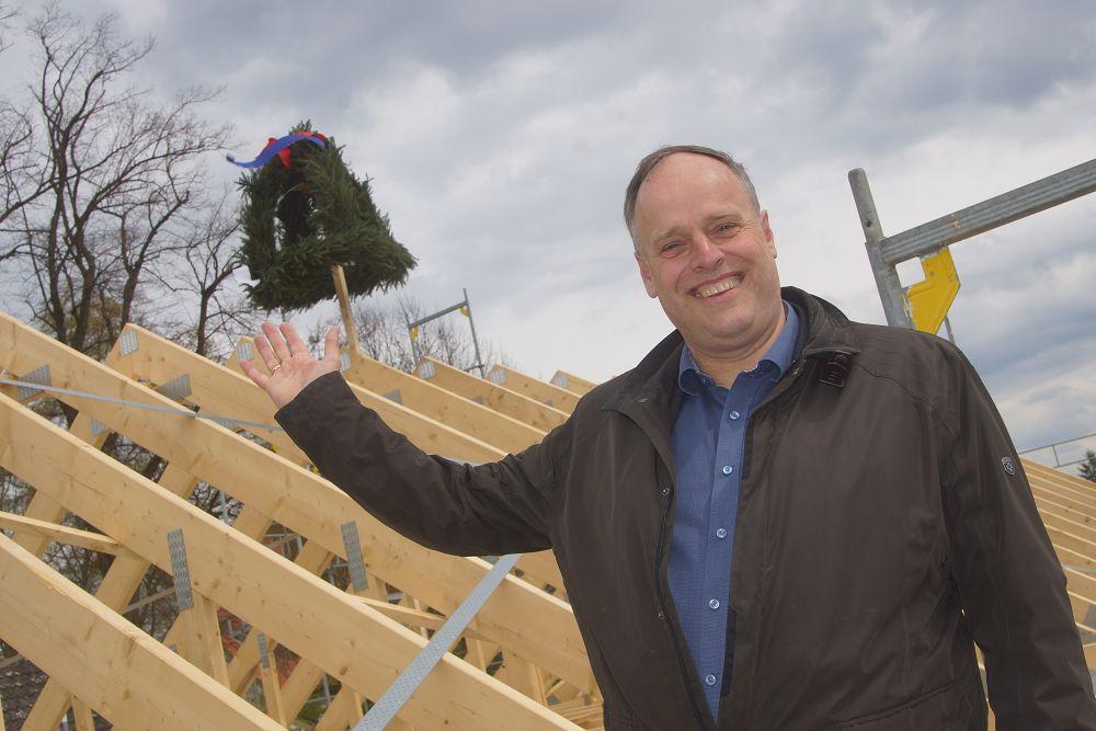 Vor dem Richtkranz: Bürgermeister Heiko Gerstmann auf dem Dach des neuen Verwaltungsgebäudes. Foto: Fischer