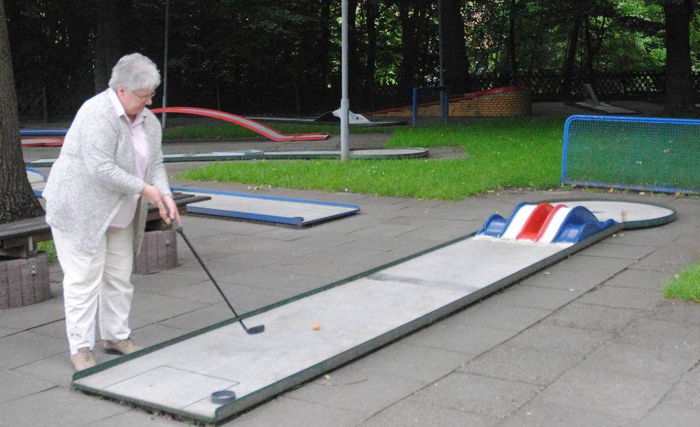 Karla Burmester macht es vor, wie die Teilnehmer des Jedermann-Turnieres am kommenden Samstag die Bahn 2 spielen sollen Foto: von Hausen/hfr