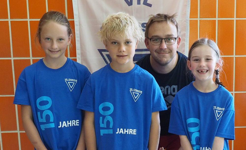 v.l.: Uljana Schulz, Oscar Grabowski, Trainer Christoph Klautke, Blanca Hempell Foto: VfL Oldesloe Schwimmen/Hfr