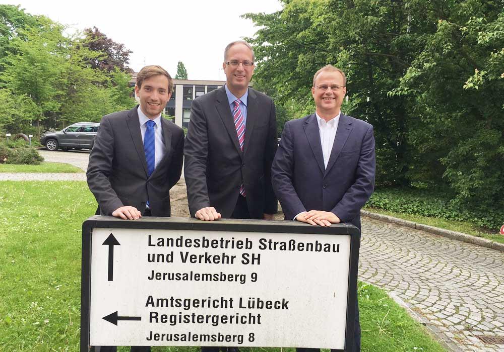 Besuchten den Landesbetrieb Straßenbau in Lübeck: Lukas Kilian, Tobias Koch und Claus Christian Claussen. Foto: hfr
