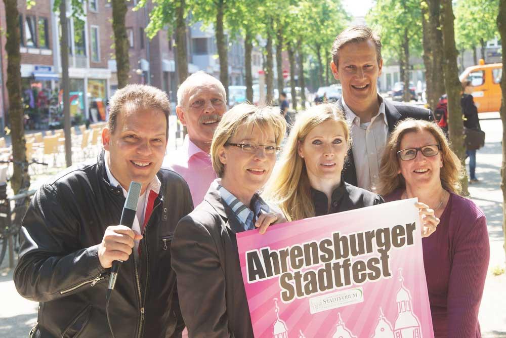 Es kann losgehen. Das Team des Ahrensburger Stadtfest 2016 ist bereit. Foto: Finn Fischer