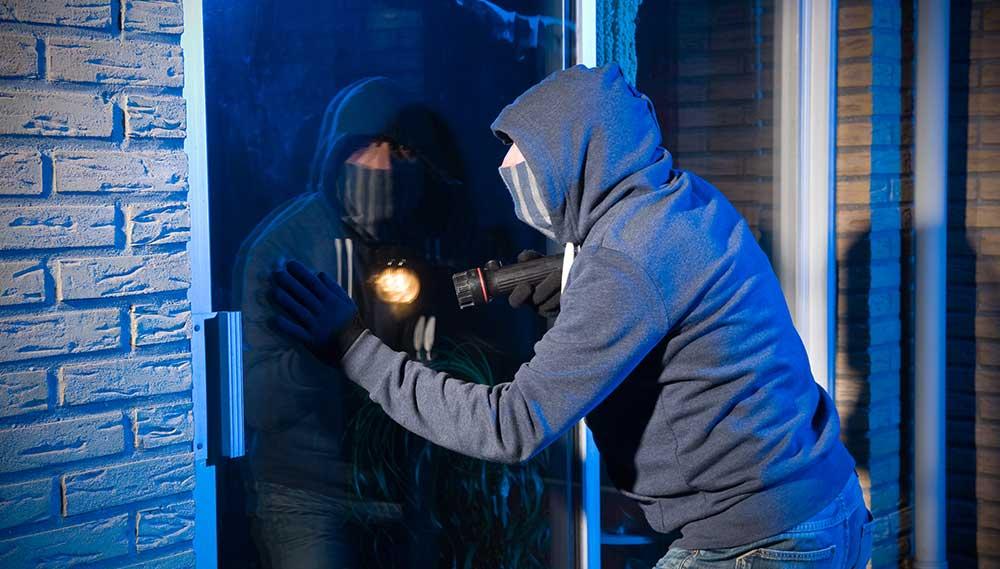 Braucht sich vor der Jutiz nicht viel Sorgen machen: Ein Einbrecher bei der Arbeit (Symbolfoto). Foto: shutterstock.com