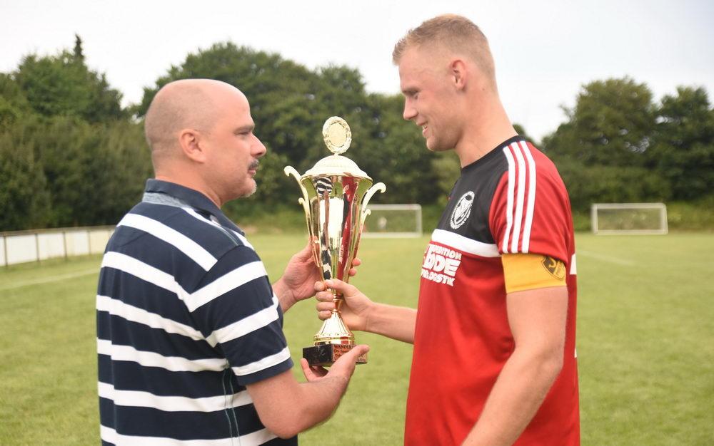 Siegerehrung beim City Sport Cup 2016. Reinfelds Kapitän Christoph Böckelmann nimmt den Pokal von Jens Elschenbroich (SSV Pölitz) entgegen