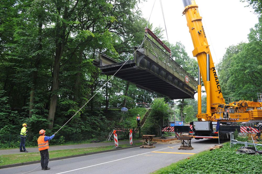Heute wurde mit der Brücke Waldreiterweg die letzte der zu sanierenden Brücken ausgehoben und auf einen Schwertransporter verladen. Foto: hochbahn/hfr