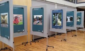 Seit heute sind ausgewählte Kunstwerke aus dem öffentlichen RAum auch in Bad Oldesloe im Foyer der Kreisverwaltung gegenüber des Bahnhofes zu sehen. Foto: Daniela Frackmann