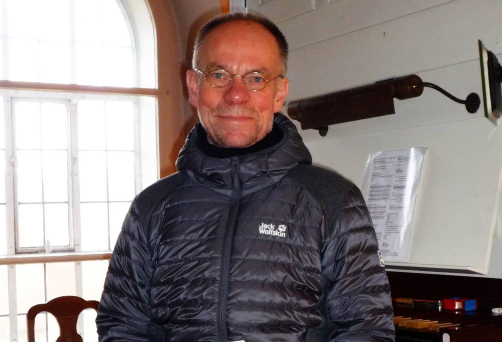 Fornoff vor der Orgel in der Schloßkirche. Foto: Fornoff/hfr