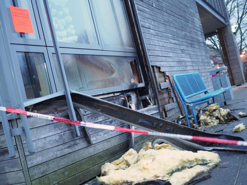 Die Fassade der Grundschule West wurde an einer Stelle schwer beschädigt. Foto: Fischer