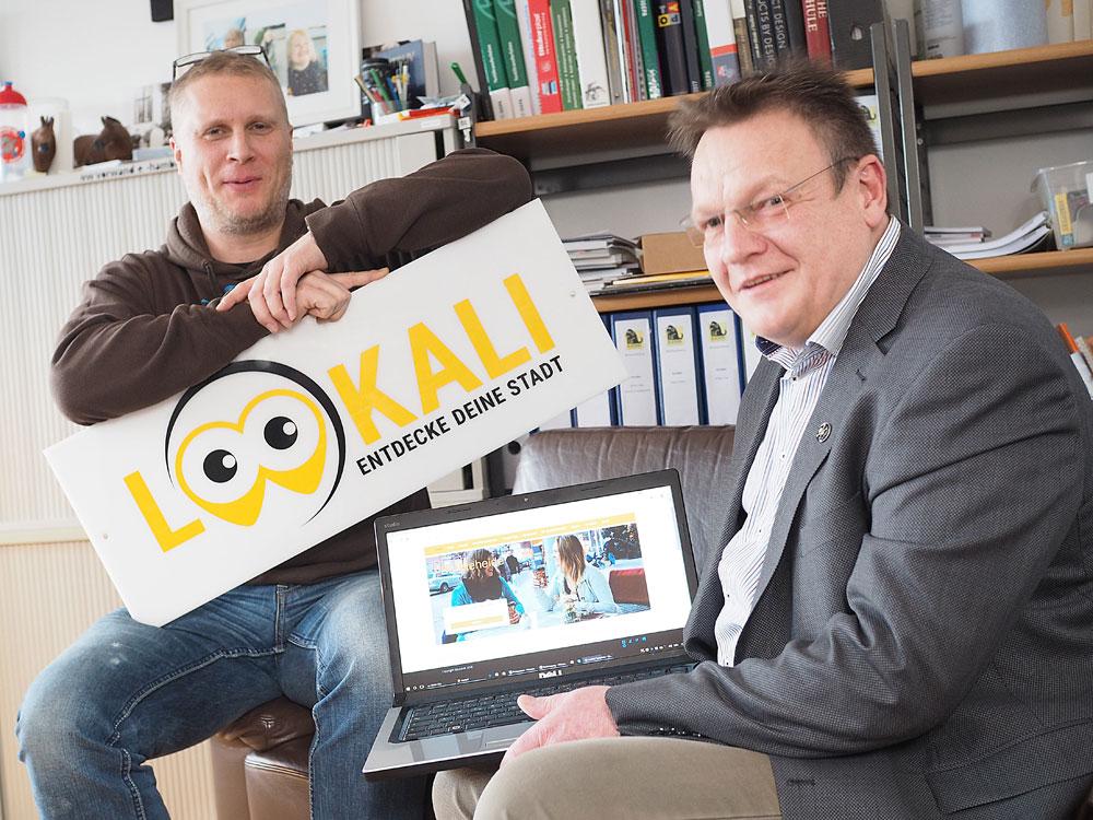 Sören Clausen (links) und Michael Glitza wollen den Bargteheider Einzelhandel in einem Onlineportal vereinen. Foto: Fischer