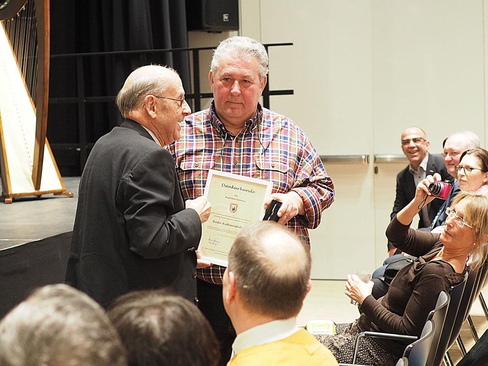 Ehrenbürger Walter Busch gratuliert seinem ehemaligen Schüler Bodo Rahnenführer. Foto: Fischer