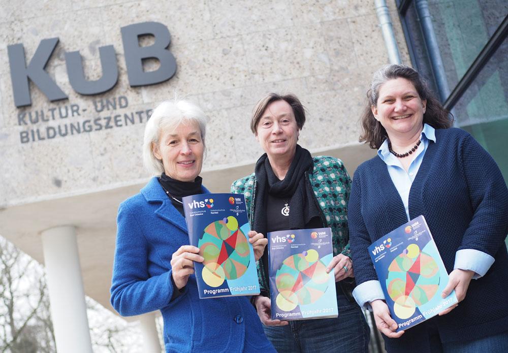 Mit dem neuen Kursplan: Gabi Stöver-Marx (VHS Reinfeld), Karin Linnemann und Tracy Newton (beide VHS Oldesloe) stellen das neue Programmheft vor. Foto: Fischer