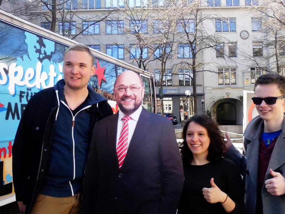 """Torben Hermann (22), """"Pappkamerad"""" Martin Schulz, Delara Burkhardt (24) und der ehemalige Kreisvorsitzende Lukas Zeidler (20). Foto: hfr"""