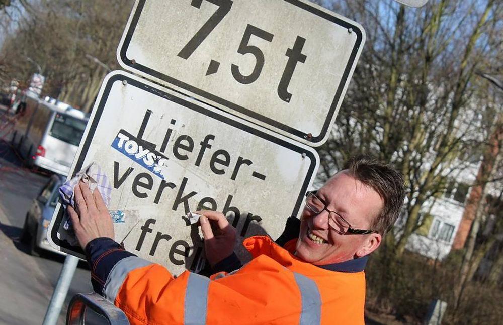 Martin Hoppe vom städtischen Baubetriebshof zeigt schon mal vorab, wie´s geht.Foto: Stadt Glinde/Kriegs-Schmidt