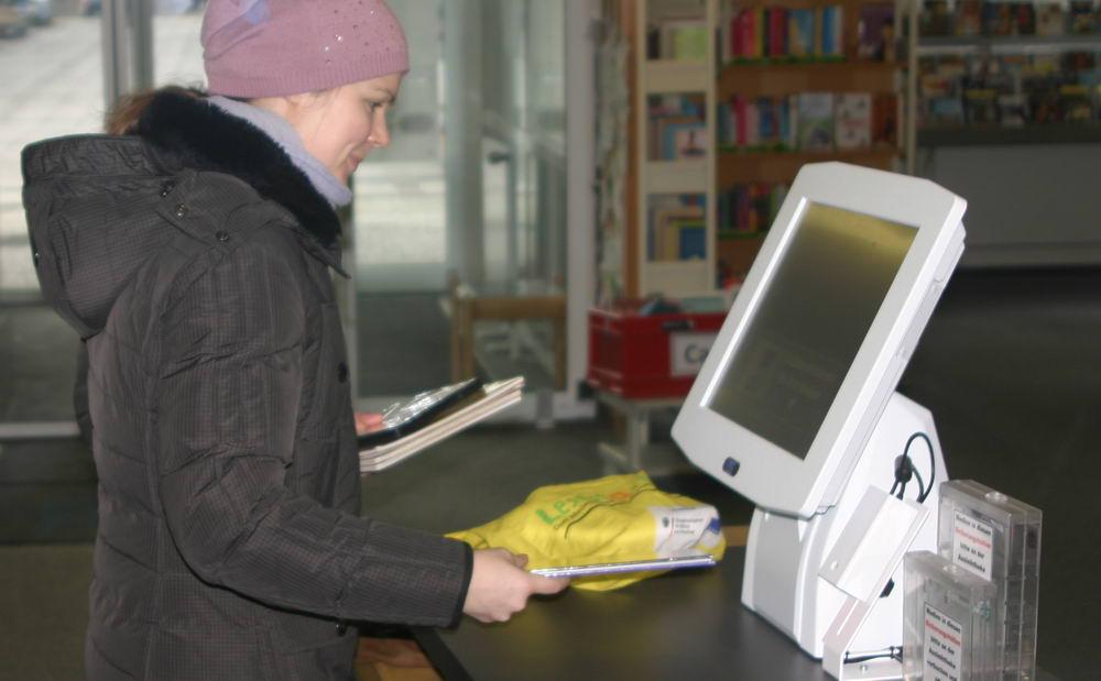 """Selbstbucherin Merle Brom, fand den Vorgang """"ganz einfach"""". Foto: Patzner/hfr"""