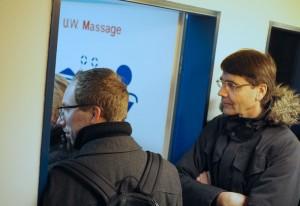 Stadtwerke-Leiter Jürgen Fahl zeigt Lokalpolitikern das alte Kurbad. Foto: Fischer