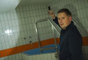 Der Oldesloer DLRG-Chef Dominic Geerken im alten Kurbad. Foto:Fischer