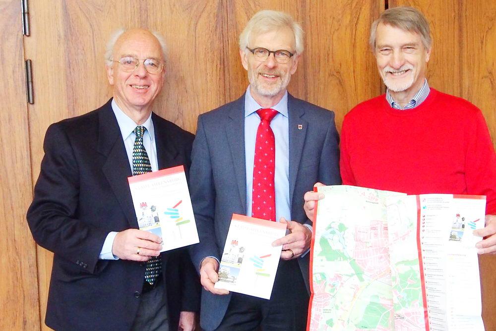 DIe Präsentation des neuen Wegführers mit Bürgermeister Michael Sarach (Mitte). Foto: Stadt Ahrensburg/hfr