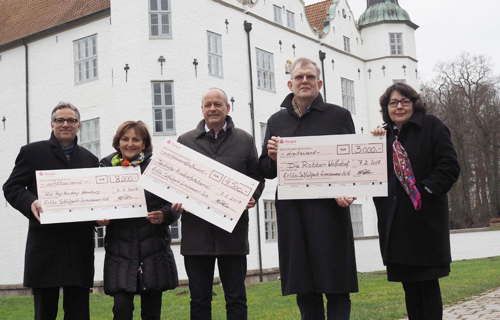 Stefan Rössler, Dorothee Magnussen, Ingo Loeding, Thomas Garske und Tatjana Ceynowa mit den Spendenschecks. Foto: Fischer