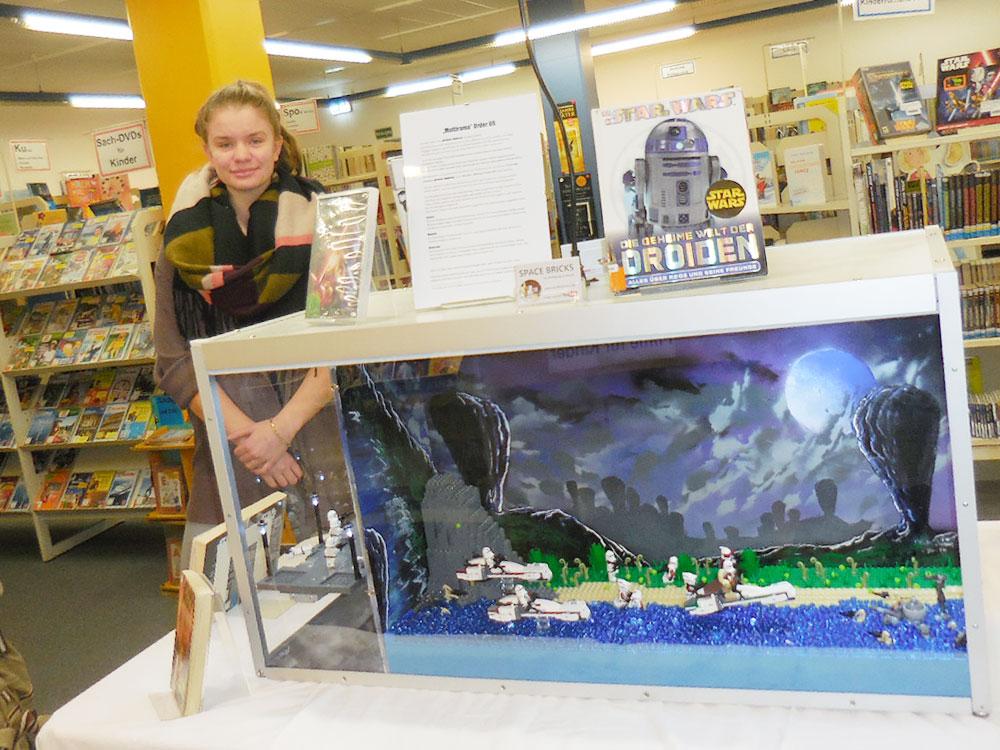 Marie Diers (14), derzeitige Schülerpraktikantin der Stadtbücherei. Foto: hfr