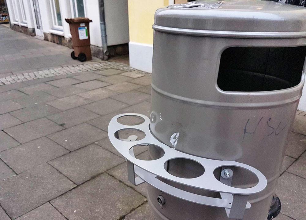 Die neuen Pfandringe an den Mülleimern in Bad Oldesloe. Foto: sl