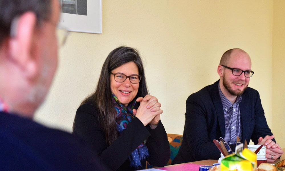 Nina Scheer und Tobias von Pein (beide SPD) im Gespräch mit  dem Vorsitzenden der SPD-Queer Stormarn Dr. Karl-Heinz Weber. Foto: hfr