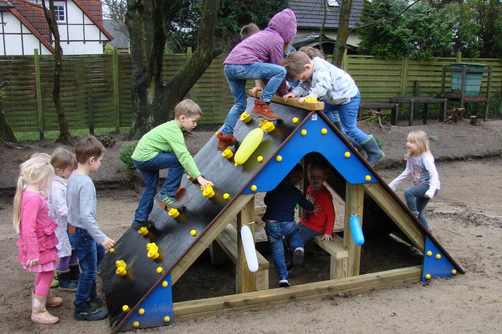 Das neue Kletterhaus wurde von den Kindern mit Begeisterung in Beschlag genommen. Foto: Iris Lewe/hfr