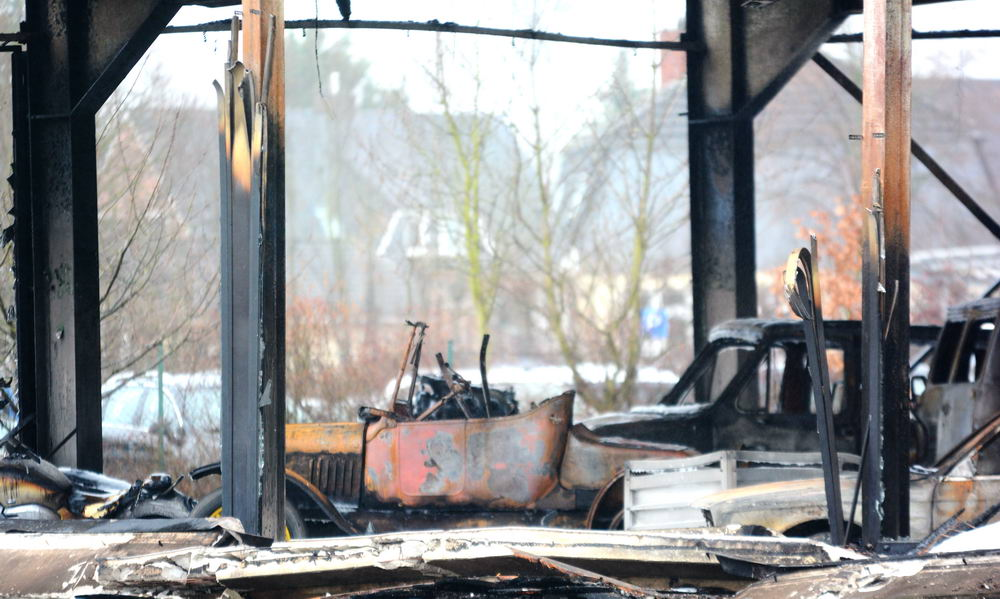 Die Fahrzeuge und die Halle brannten komplett aus. Foto: SL
