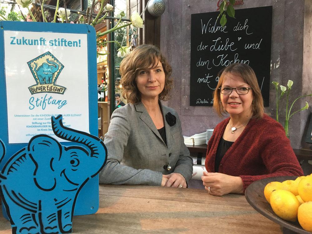 Manuela Kubitz von der Heydt und Birgitt Zabel (v.l.) freuen sich über das zehnjährige Engagement des Glacehauses für die Kinderhäuser Blauer Elefant. Foto: DKSB