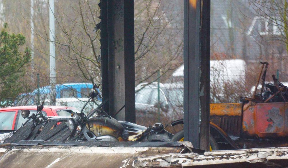 Auch Motorräder waren in der Halle untergestellt. Sie wurden ebenfalls ein Raub der Flammen. Foto: SL
