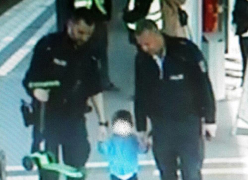 Polizisten nahmen den 3-Jährigen und seinen Tretroller in ihre Obhut. Foto: Bundespolizei