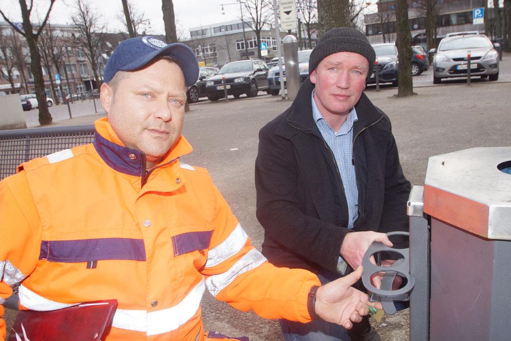 José Caberta und Hauke Schmidt mit einem der neuen Pfandringe für die Ahrensburger Mülleimer. Foto: Fischer