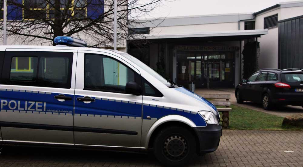 Polizei vor der Erich Kästner Schule.  Foto: Finn Fisher/SL