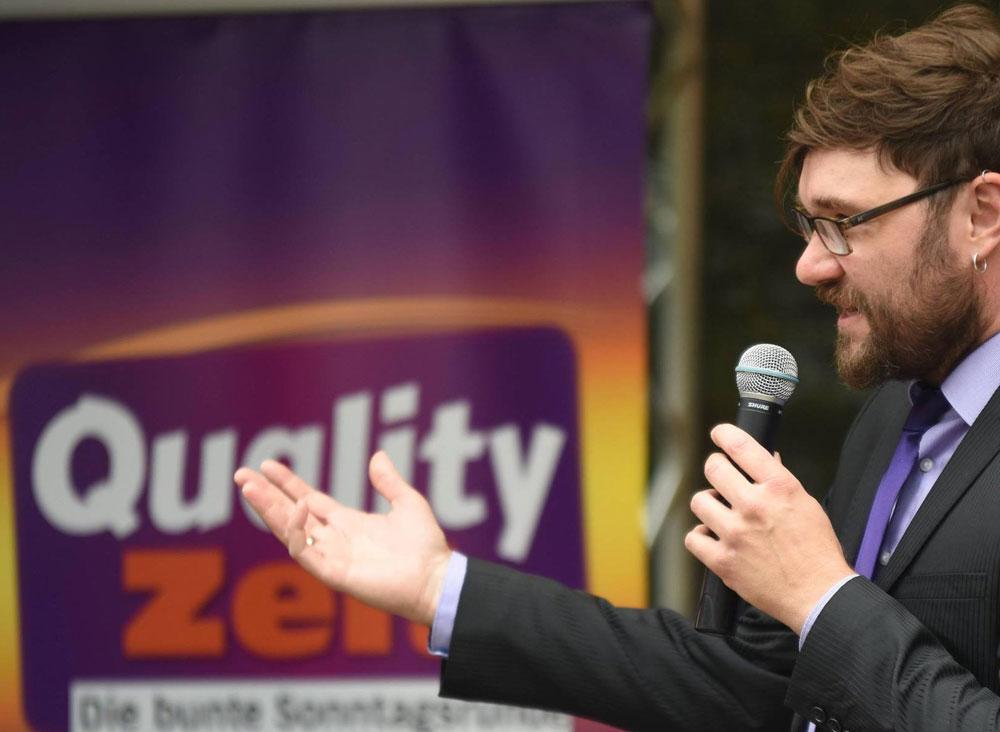 Talkmaster Christian Bernardy läst ein zur Qualityzeit. Foto: Stormarnlive.de