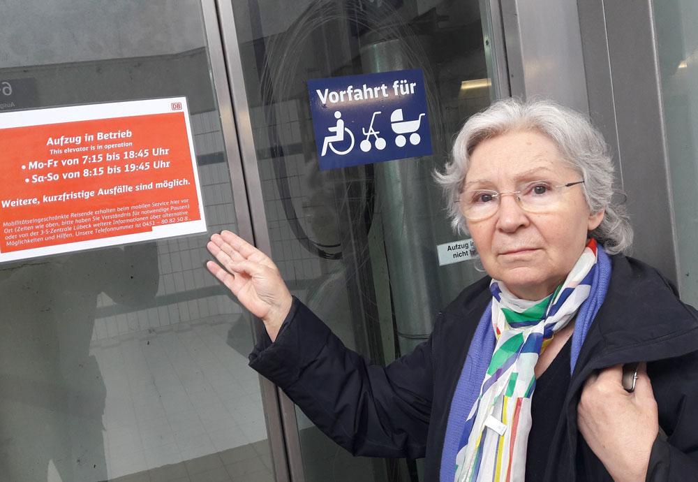 Yannick Thoms vom Beirat für Menschen mit Behinderungen am Fahrstuhl im Oldesloer Bahnhof. Foto: Fischer