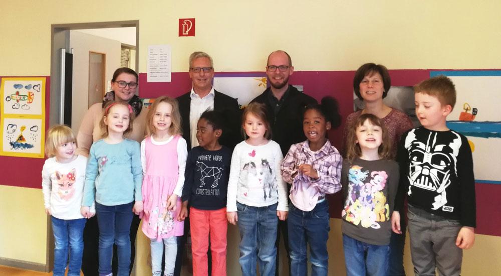 Erzieherin Cathrin von Pein, DRK-Kreisvorsitzender Udo Finnern, Tobias von Pein (SPD), Kita-Leiterin Martin-Thomas mit Kindern aus der Kita Löwenhertz. Foto: hfr