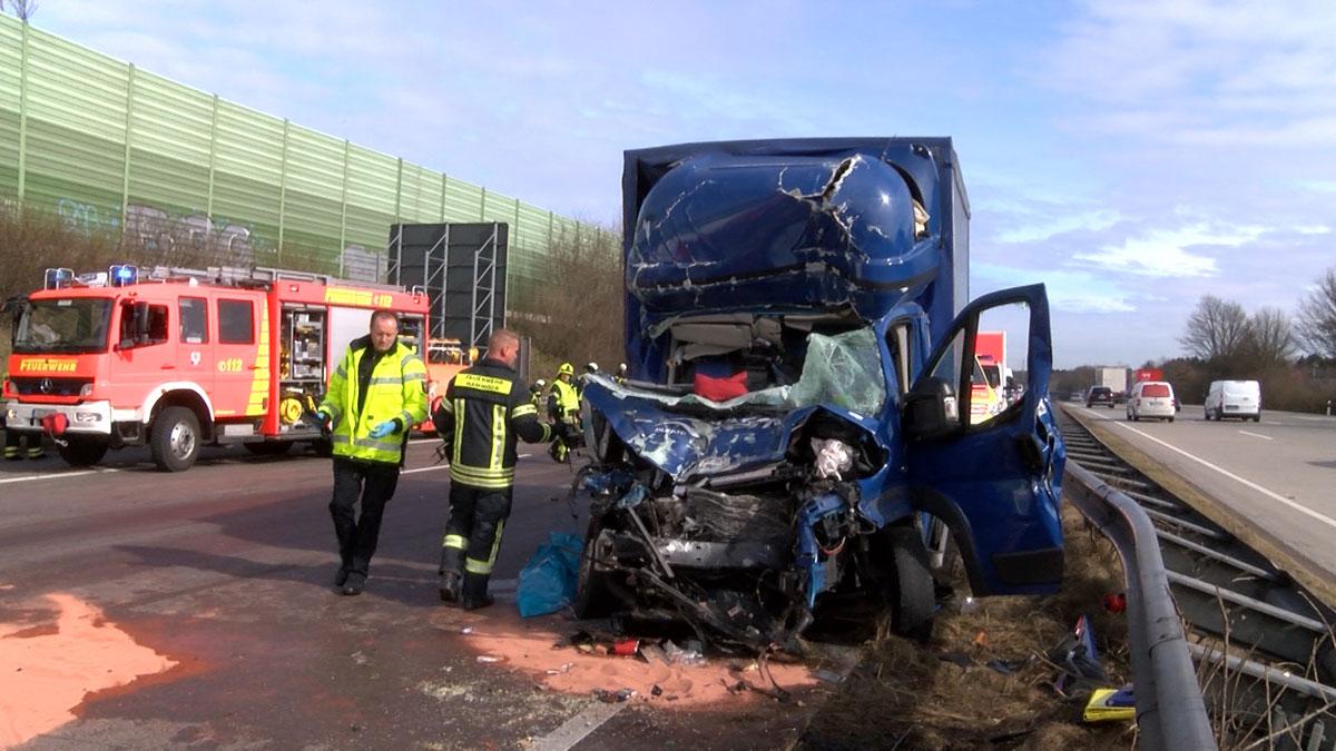 Tödlicher Unfall bei Ahrensburg: Lastwagen kracht in Stauende