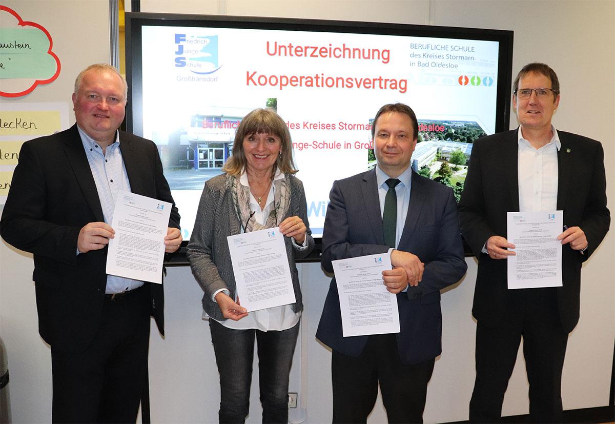 cc16a69bf87415 Kooperationsvertrag unterzeichnet  Landrat Henning Görtz mit Sabina  Canbeis